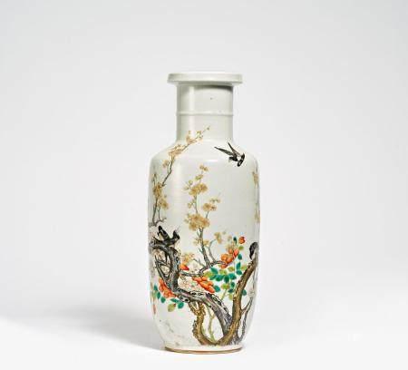 Rouleau-Vase mit Elstern auf blühenden Pflaumen