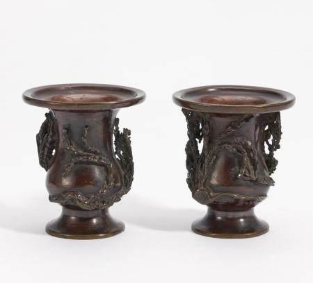 Zwei ähnliche kleine Drachenvasen