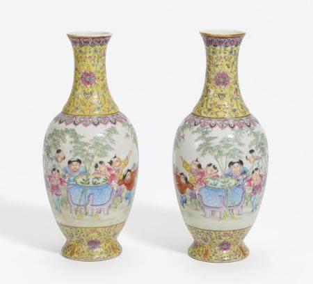 Paar Vasen mit spielenden Knaben
