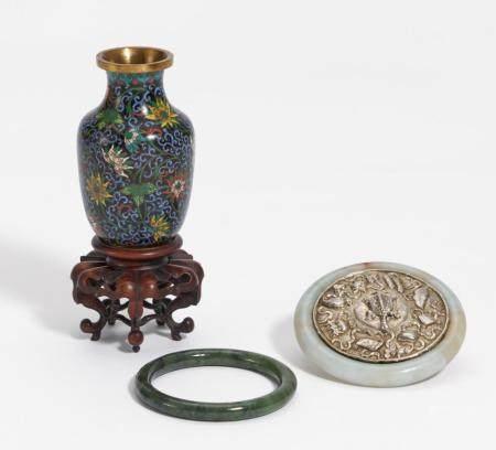 Spiegelchen, Jade-Armreif und Cloisonné-Vase