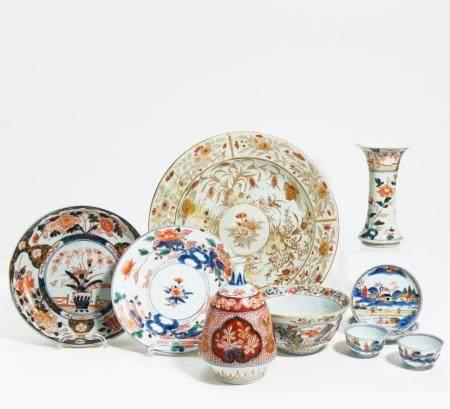 Tokkuri, Vase, zwei Teller, Schale und Paar Koppchen mit Untertellern