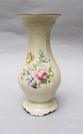 Vase Rosenthal, en forme de poire, peint de fleurs sur fond blanc émaillé première moitié du 20