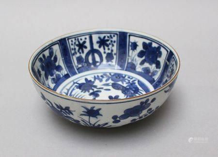 Coupe en porcelaine chinoise, peinte en bleu et blanc, 18/19e siècle. 18 cm de hauteur 20cm de