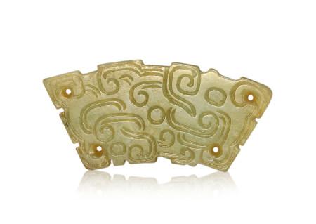 春秋 白玉龍紋玉璜 Spring and Autumn Period WHITE JADE CARVED PENDANT WITH DESIGN OF DRAGON, HUANG