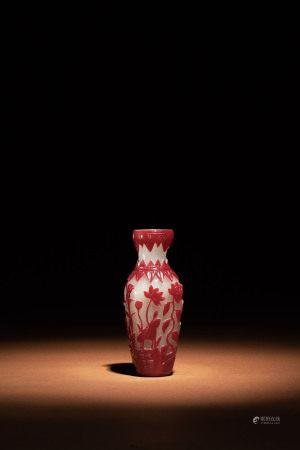 清 霏雪地套紅料花卉紋賞瓶