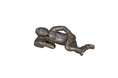 明 銅雕睡枕童子