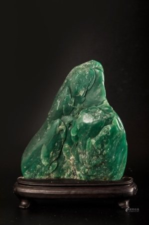 A CHINESE GREEN SHOUSHAN STONE ORNAMENT BY LIN ZHI