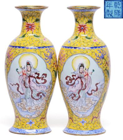 銅胎畫琺瑯彩開窗觀音瓶一對 - '乾隆年製' 款