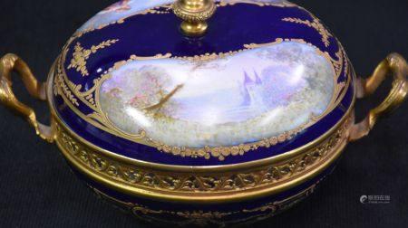 Bonbonnière en porcelaine de Sèvres à fond bleu et or à décors romantiques peints. Décor signé