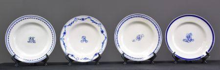 Lot de 4 assiettes en porcelaine de Tournai à décor central de monogramme.