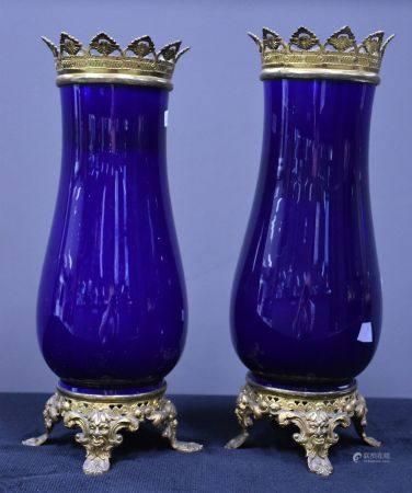 Paire de vases en porcelaine bleu cobalt, monture bronze . Ht 34 cm .