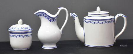 Chocolatière, pot à lait et sucrier en porcelaine de Tournai à décor de la petite guirlande aux