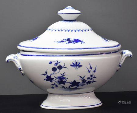 Soupière en porcelaine de Tournai à décor à la mouche . Ht 31 cm. Largeur 37 cm.