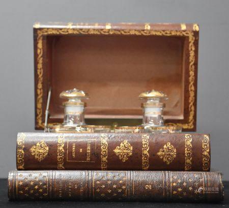 Cave à liqueur en trompe l'œil de livres anciens. Ht 13cm. Longueur 20cm.  un verre remplacé.