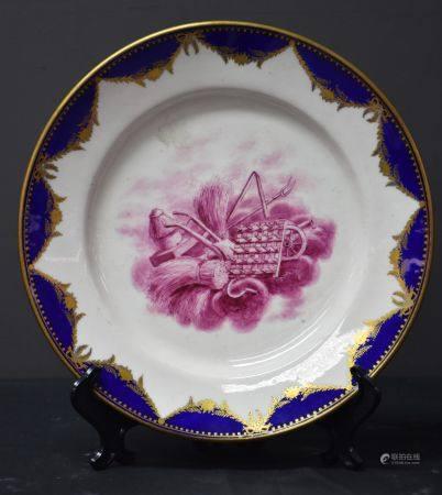 Assiette en porcelaine de Tournai Bleu et or à décor manganèse. Surdécoré.