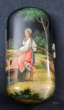 Petit étui russe en carton bouilli peint d'une élégante au bord d'un puit. Ht 12 cm.