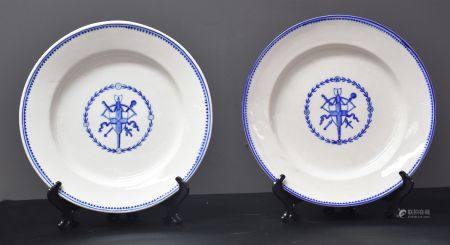 Deux assiettes en porcelaine de Tournai à décors de prix de tir.
