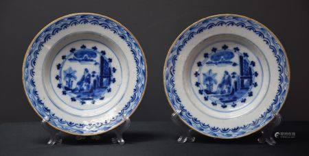 Paire d'assiettes en Delft XVIII ème à décor de chinois. Ø 23 cm. ( très léger saut d'émail dan