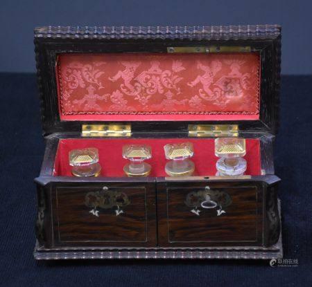 Coffret précieux Napoléon III renfermant 4 flacons à parfum ( 1 flacon recollé ).  Dimensions :
