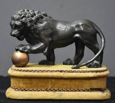 Lion en bronze vers 1820. Longueur 15 cm. Ht 9 cm hors socle.