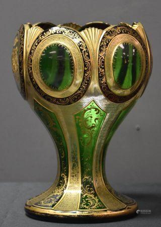 Vase de forme calice en cristal doré et gravé.  Légères égrenures au rebord. Ht 22 cm.