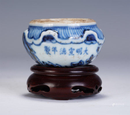 A CHINESE BLUE AND WHITE PORCELAIN WATER POT