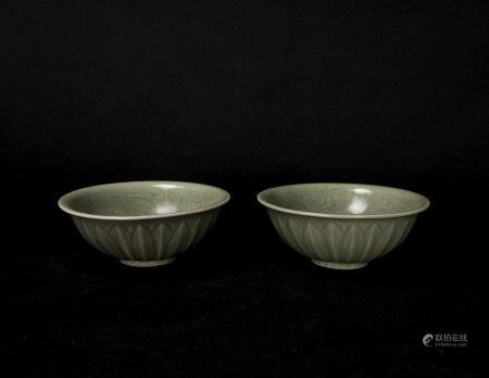 元代-龍泉窯菊紋碗一對