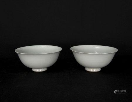 元代-甜白釉印花龍紋碗一對