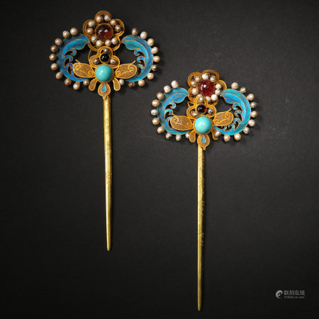 A PAIR OF COURT PURE GOLD SPOTTED KINGFISHER FEATHERS INLAID WITH PEARLS AND TURQUOISE GEMSTONE HAIRPINS, QING D.