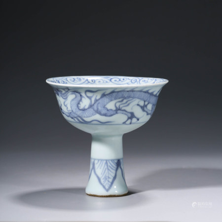 A CHINESE BLUE AND WHITE PORCELAIN DRAGON STEM BOWL