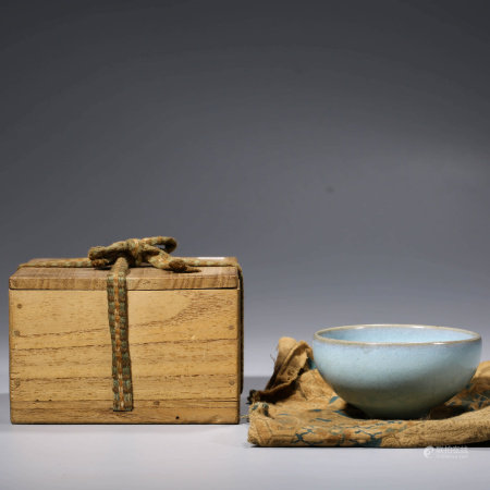 A CHINESE JUN-TYPE PORCELIAN BOWL WITH BOX