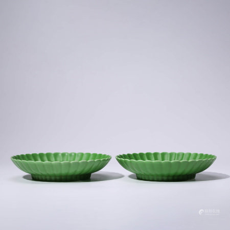 A PAIR OF CHINESE GREEN-GLAZED PORCELIAN DISHES MARKED YONG ZHENG