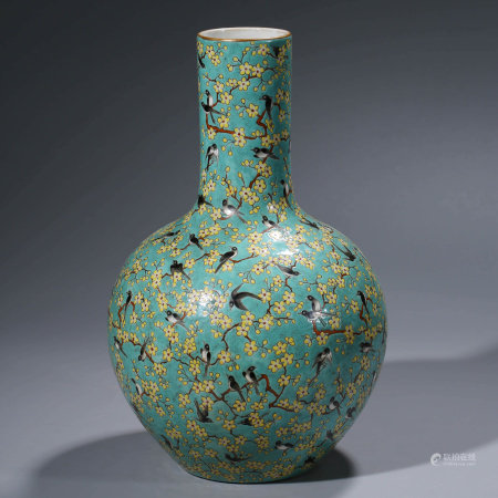 A CHINESE FAMILLE ROSE PORCELIAN FLOWER VASE MARKED QIAN LONG