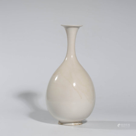 A CHINESE WHITE-GLAZED PORCELAIN VASE