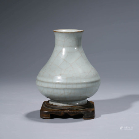 A CHINESE LONG QUAN GUAN-TYPE PORCELAIN VASE AND STAND.