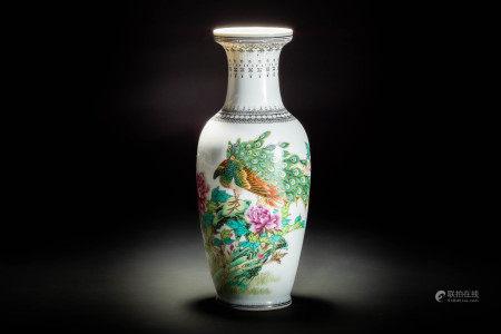 中国景徳鎮製款 在銘 粉彩孔雀花紋瓶