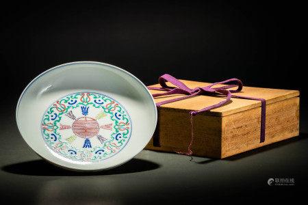 大清雍正年製款 豆彩八卦桃蝙蝠紋皿