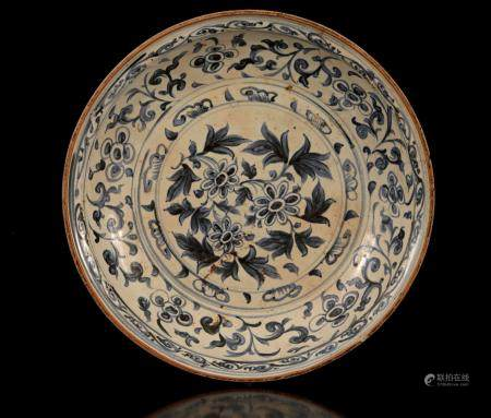 Chinese porcelain Swatow dish with floral decoration