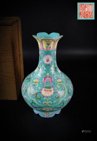 粉彩花卉瓶