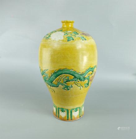 黄釉三彩龙凤纹梅瓶