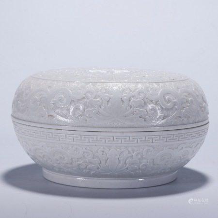 """""""大清乾隆年制""""款 白釉印花花卉龙纹团寿纹盖盒"""