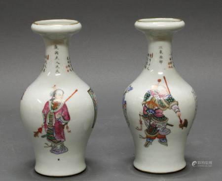 Paar Balustervasen, China, 19. Jh., Porzellan, famille rose, bemalt mit historischen Figuren, Schri