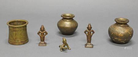 3 Miniaturfiguren, 2 Vasen, Bechergefäß, Indien, 19./20. Jh., Bronze, 4.2-8 cm hoch