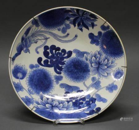 Platte, Japan, 19. Jh., Porzellan, blau-weiß, Phönix und Chrysanthemenblüten, 6-Zeichen-Marke, ø 37