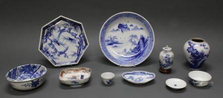 Konvolut, 9-tlg., Japan, 2. Hälfte 19. Jh., Porzellan, Arita, meist Blau-Weiß-Dekore, 3.5-16 cm h