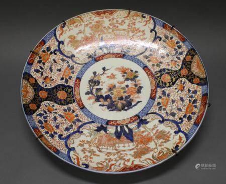 Platte, Japan, um 1900, Porzellan, floraler Imari-Dekor, blaue Bodenmarke, ø 61 cm, Altersspuren,