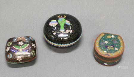 3 Deckeldosen, China, 20. Jh, Cloisonné, farbig, verschiedene Formen und Dekore, 3-4.5 cm hoch