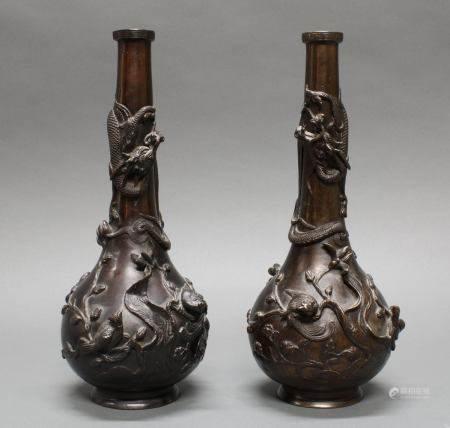Paar Flaschenvasen, Japan, um 1900, Bronze, braun patiniert, plastischer Drachendekor, 36 cm hoch,