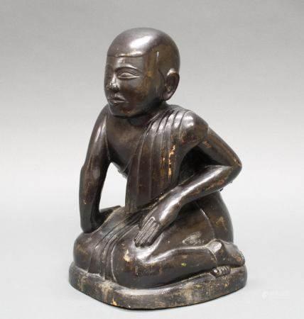 """Figur, """"Kniender Mönch"""", Burma, 19./20. Jh., Holz, schwarz lackiert, 35 cm hoch"""