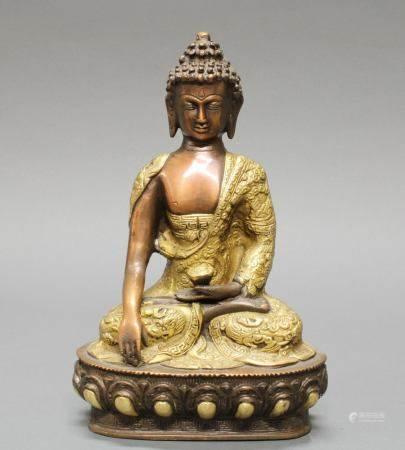 Sitzender Buddha, Nepal, 20. Jh., Messingbronze, teils vergoldet, die Hände in mudra, auf Lotossoc